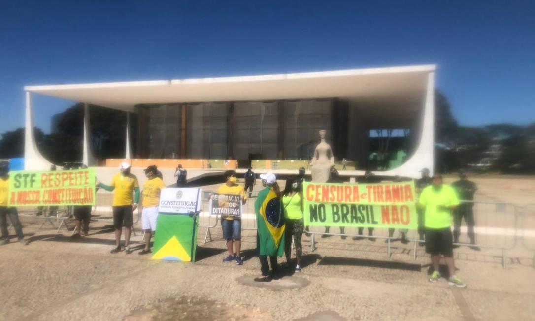Manifestantes exibem faixas em frente à sede do Supremo Tribunal Federal Foto: O Globo / Aguirre Talento