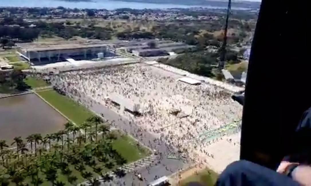 Antes de caminhar na Esplanada dos Ministérios, Bolsonaro sobrevoou a manifestação Foto: Reprodução Facebook