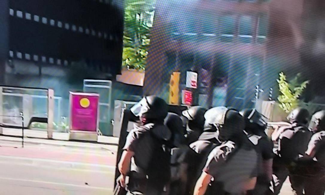 Policiais militares em confronto com manifestantes em ato pela democracia em São Paulo Foto: Reprodução / Globo News TV