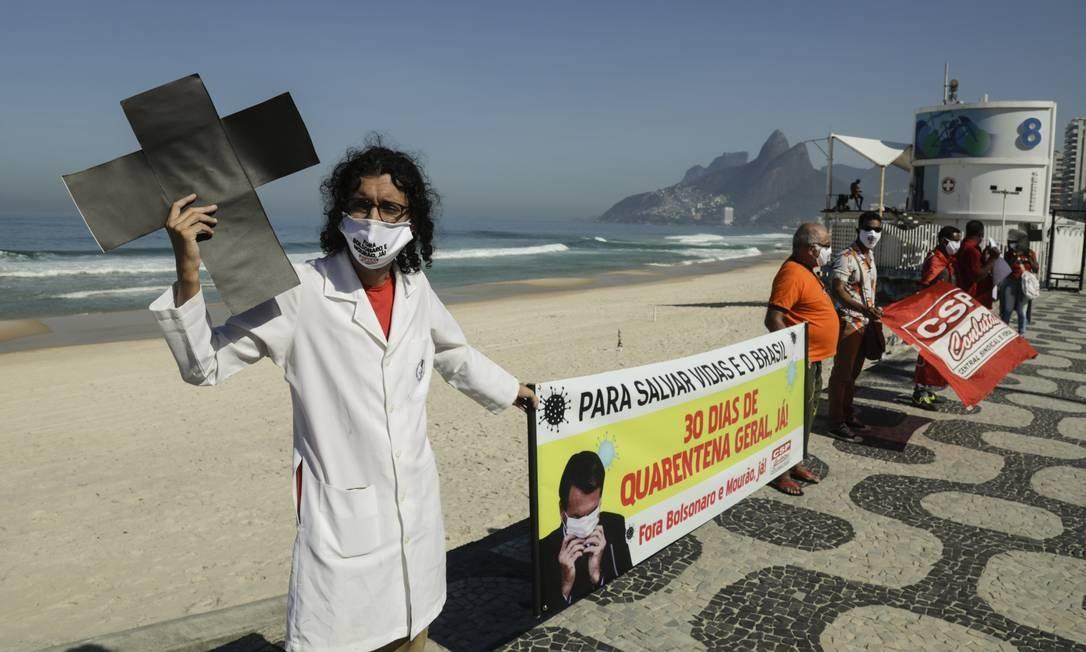Em Ipanema, no posto 8, profissionais de saúde protestaram contra o governo Bolsonaro e pediram medidas urgentes de isolamento social para o combate ao coronavírus Foto: Gabriel de Paiva / Agência O Globo