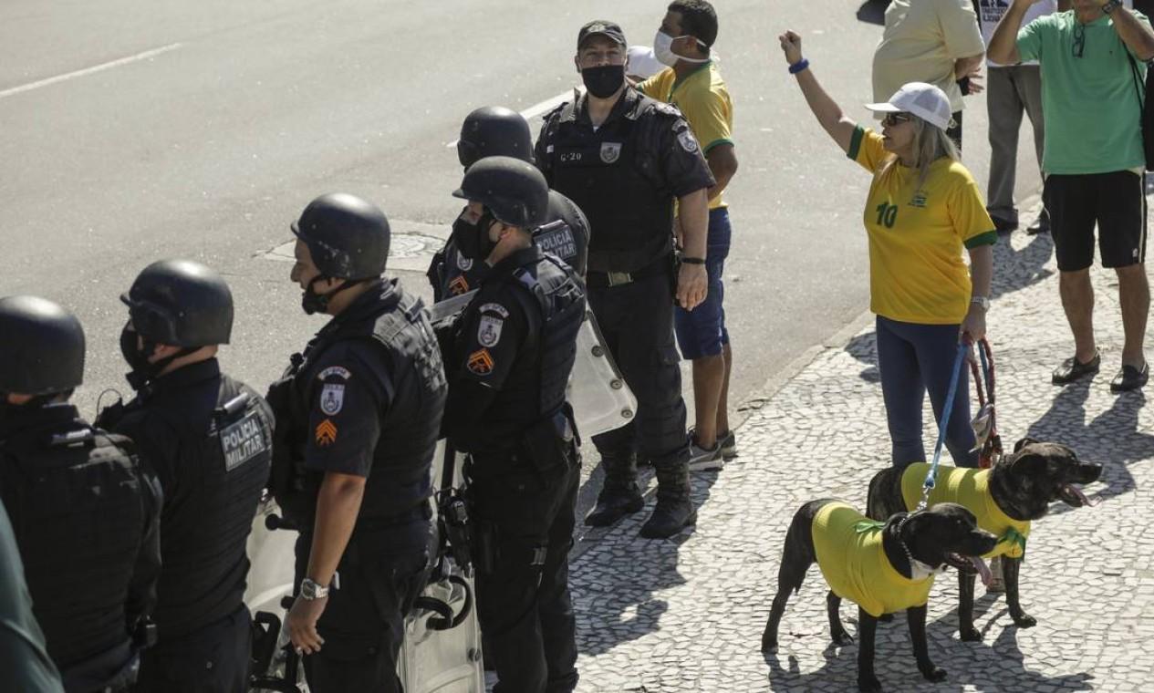 Manifestantes pró-governo realizam manifestação em Copacabana, Zona Sul do Rio Foto: Gabriel de Paiva / Agência O Globo