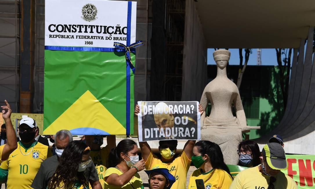 Manifestantes pró-Bolsonaro, em Brasília, exibem mensagens contra o ministro Alexandre de Moaraes em frente à sede do STF Foto: EVARISTO SA / AFP