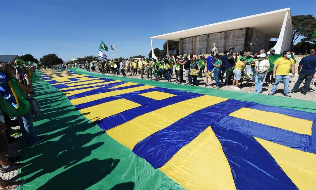 Apoiadores de Bolsonaro reunidos em frente à sede do STF, em Brasília, durante ato em favor do presidente e contra os demais Poderes Foto: EVARISTO SA / AFP