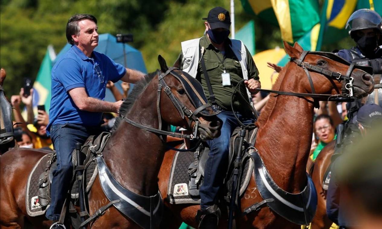Bolsonaro monta em um cavalo da Polícia Militar após cumprimentar manifestantes Foto: UESLEI MARCELINO / REUTERS