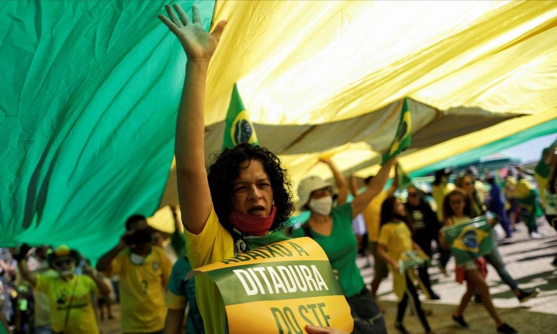 Apoiadores do presidente Jair Bolsonaro também realizaram ato em Brasília, exibindo caratazes contra o Supremo Tribunal Federal (STF) Foto: UESLEI MARCELINO / REUTERS