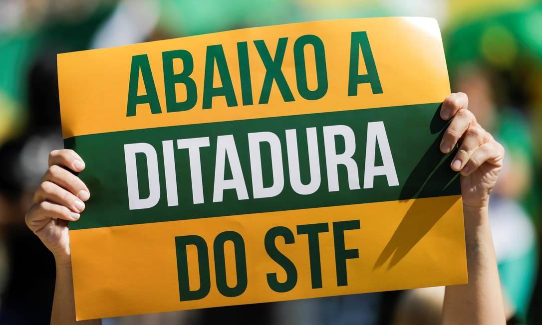 """Manifestante aexibe cartaz com inscrição """"Abaixo a ditadura do STF"""", em Brasília Foto: UESLEI MARCELINO / REUTERS"""