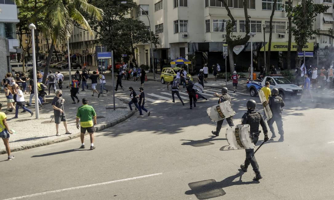 No Rio, confusão aconteceu em Copacabana, na Zona Sul do Rio. Manifestantes de um grupo contrário ao presidente Jair Bolsonaro foram dispersados com o uso de bombas de gás Foto: Gabriel de Paiva / Agência O Globo