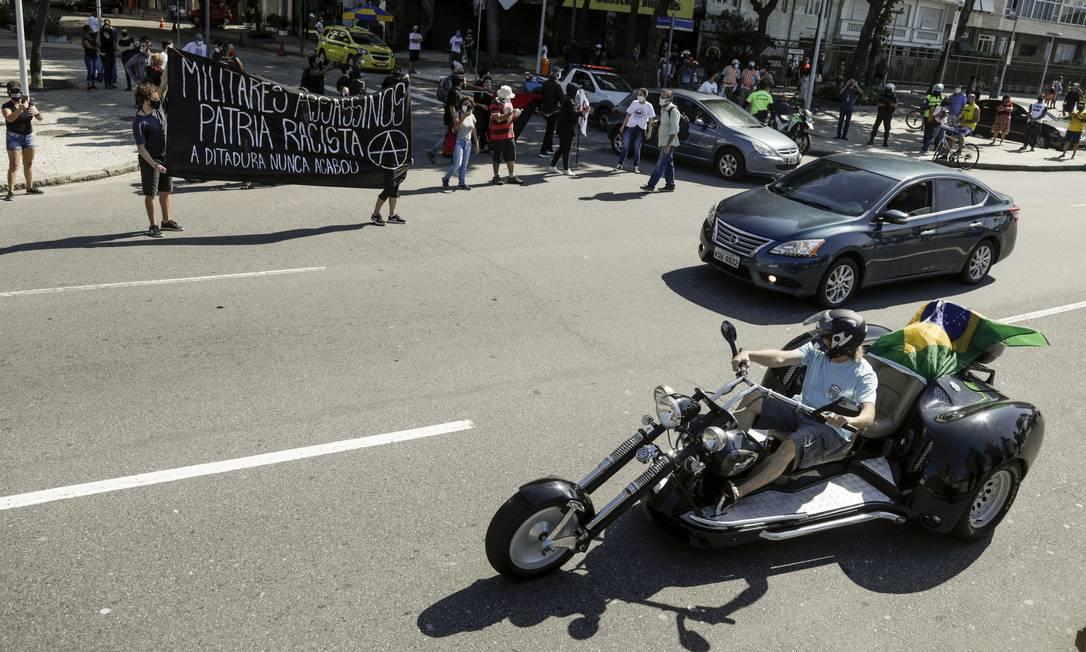 Pequena manifestação contra o racismo entrou em confronto com os bolsonaristas em Copacabana Foto: Gabriel de Paiva / Agência O Globo