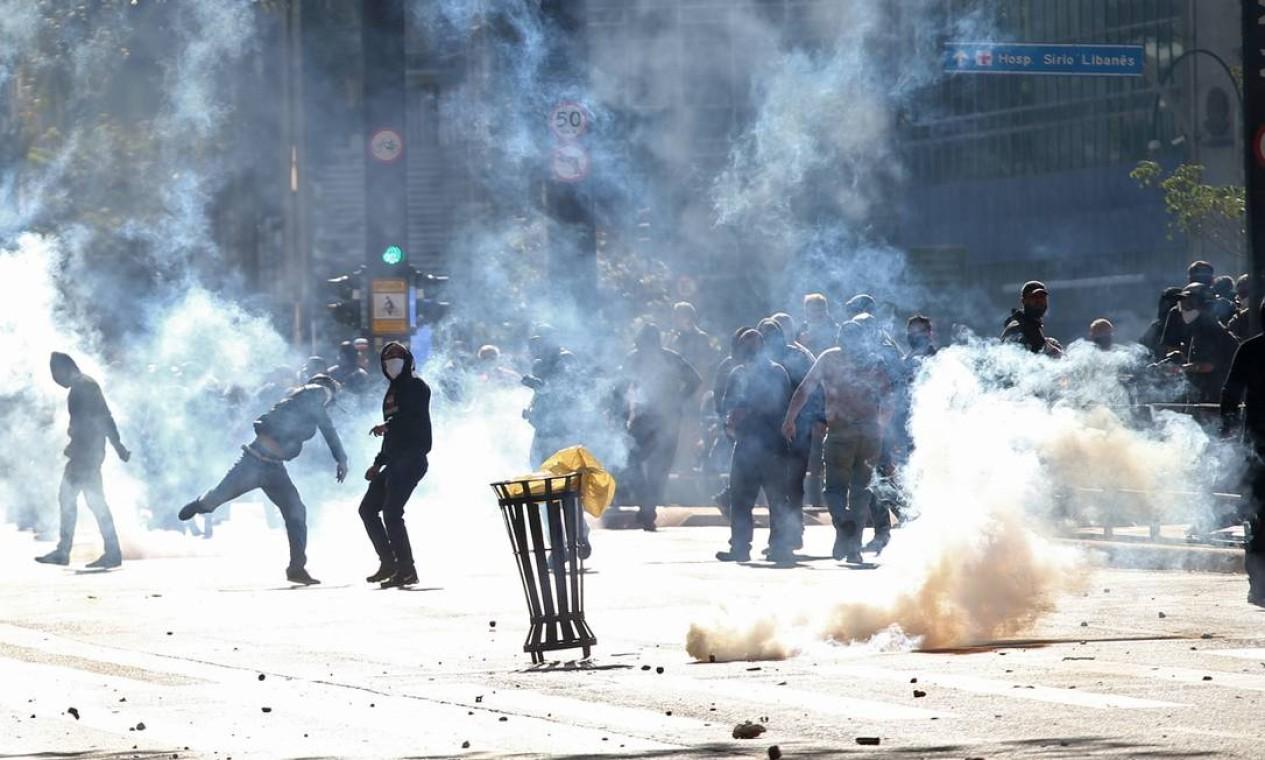 Manifestações pró-democracia convocadas por torcidas organizadas de diversos times de futebol terminaram em confronto com bolsonaristas e policiais em São Paulo e no Rio neste domingo Foto: RAHEL PATRASSO / REUTERS