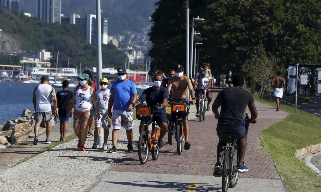 Pessoas caminhando e pedalando no Aterro do Flamengo, próximo ao Monumento Estácio de Sá 31-05-2020 Foto: FABIANO ROCHA / Agência O Globo