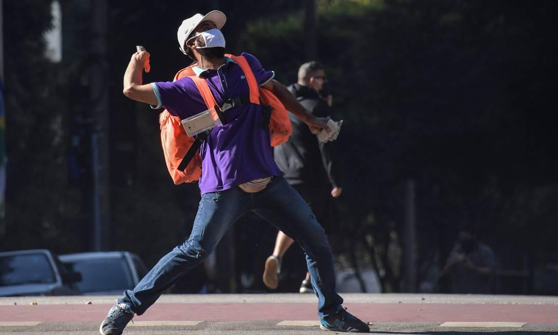 Na Avenida Paulista, onde foram marcados protestos simultâneos, ao menos três torcedores foram detidos pela Polícia Militar e levados a uma delegacia da região Foto: NELSON ALMEIDA / AFP