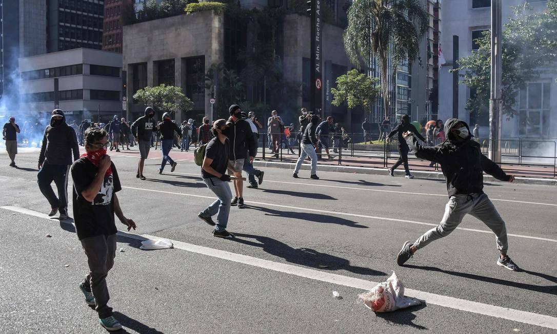 Torcedores de times de futebol entram em confronto com a polícia de choque durante um protesto contra o presidente Bolsonaro, na Avenida Paulista, em São Paulo Foto: NELSON ALMEIDA / AFP