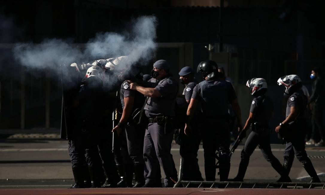Policiais disparam balas de borracha contra manifestante contrários ao presidente Jair Bolsonaro, na Avenida Paulista, em São Paulo Foto: RAHEL PATRASSO / REUTERS