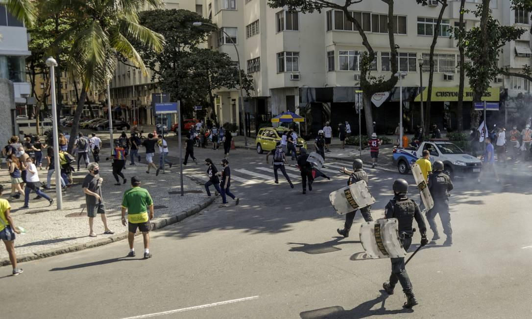 No Rio, políciais utilizaram spray de pimenta e gás lacrimogênio para dispersar manifestantes Foto: Gabriel de Paiva / Agência O Globo