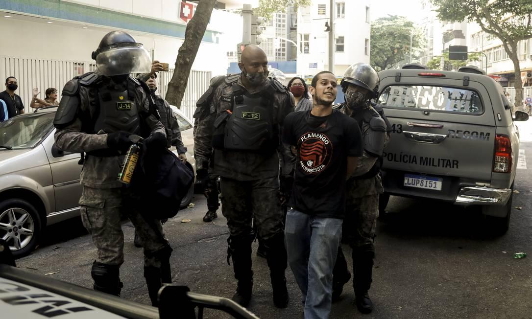 Integrante da torcida do Flamengo foi detido durante protesto em Copacabana Foto: Gabriel de Paiva / Agência O Globo