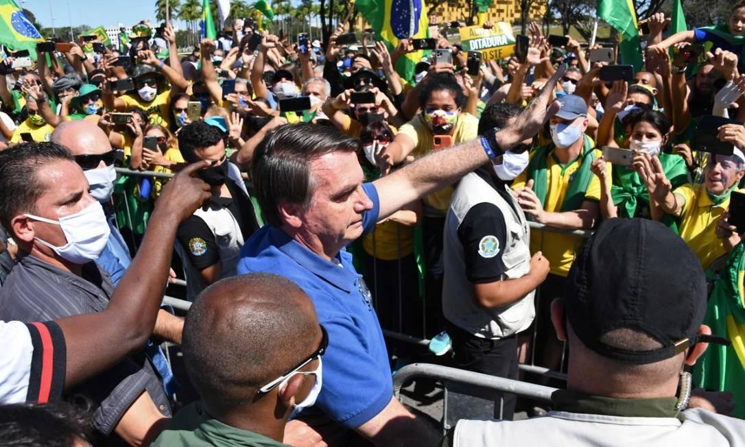 Sem máscara, Bolsonaro cumprimenta apoiadores em protesto em Brasília nesta domingo Foto: Ueslei Marcelino / REUTERS