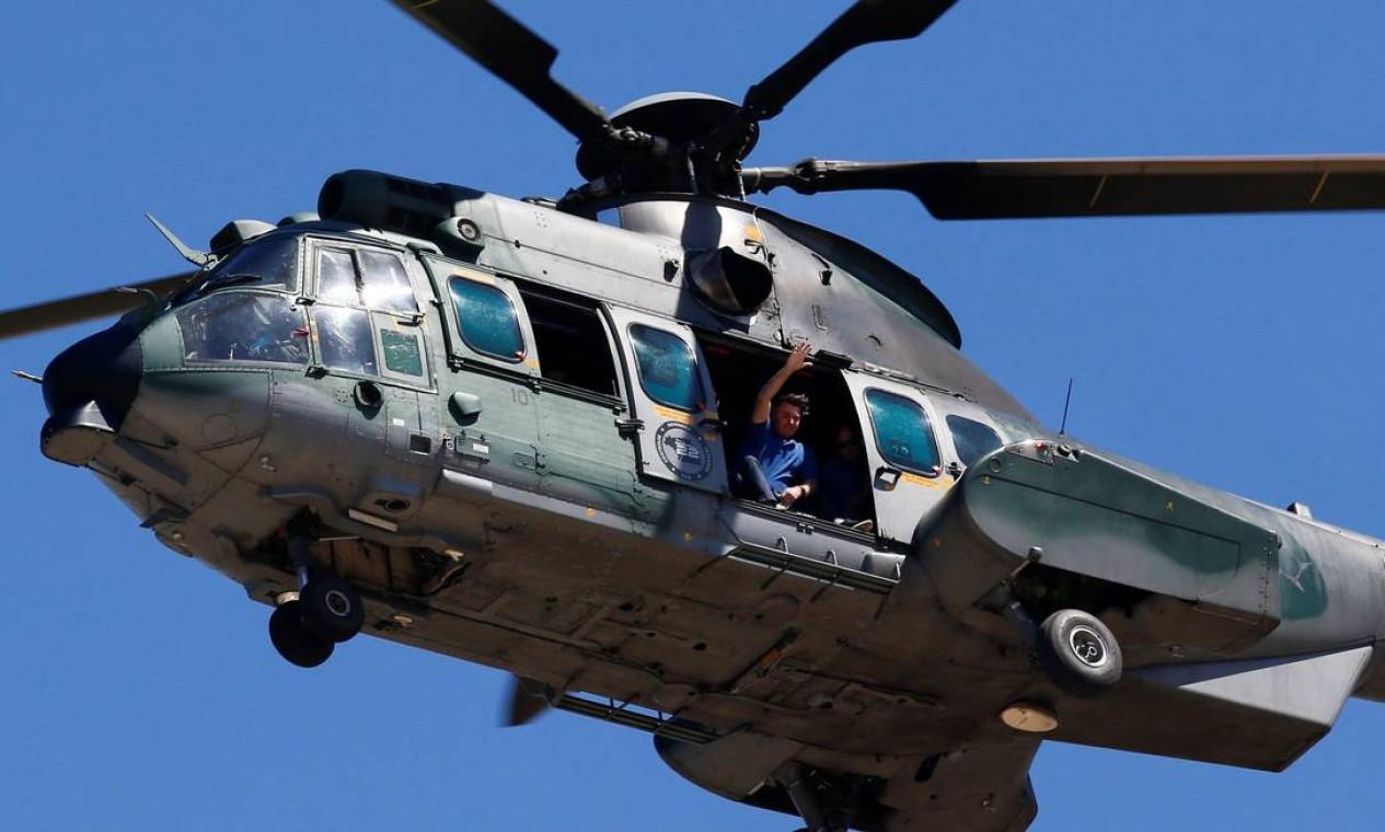 Bolsonaro realiza um sobrevoo de helicóptero para acompanhar uma manifestação de apoio ao seu governo Foto: UESLEI MARCELINO / REUTERS