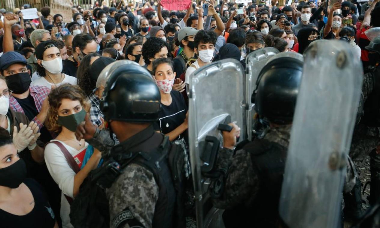 A chegada de mais manifestantes após o fim do protesto teria provocado a ação da PM Foto: ROBERTO MOREYRA / Agência O Globo
