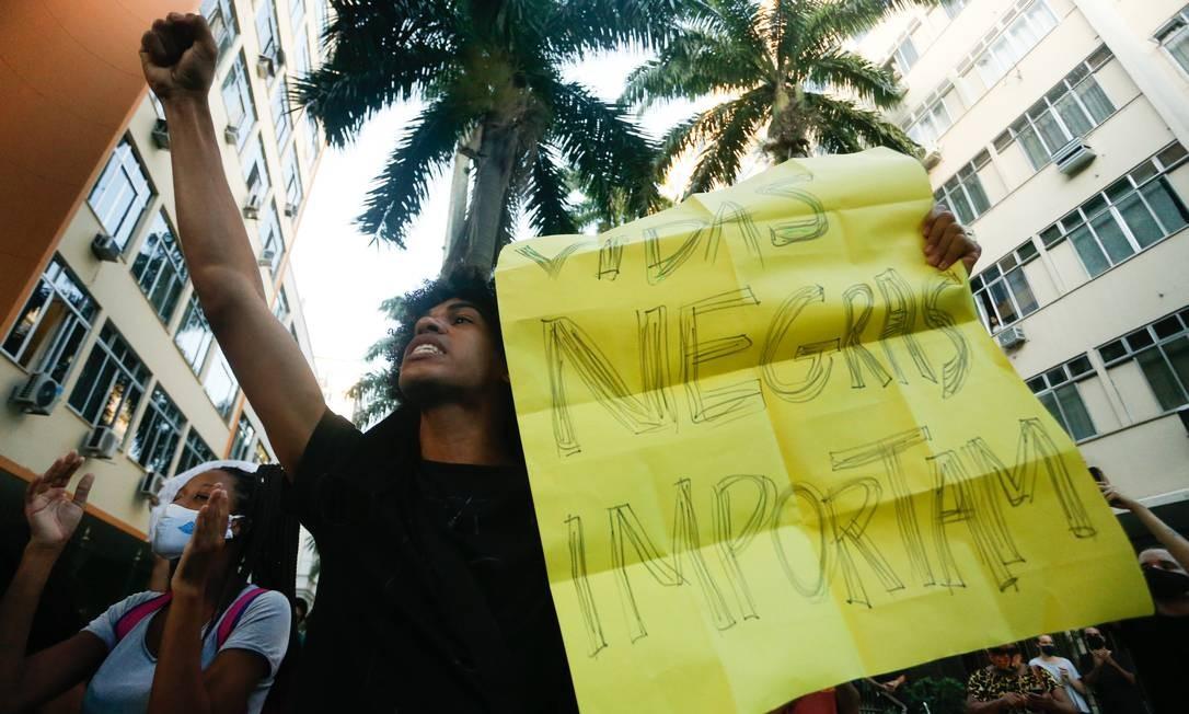 Manifestantes protestavam contra a morte do menino João Pedro Foto: ROBERTO MOREYRA / Agência O Globo