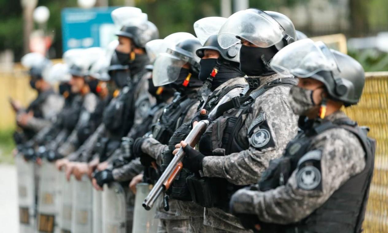 Policiais guardam a sede do Palácio Guanabara Foto: ROBERTO MOREYRA / Agência O Globo