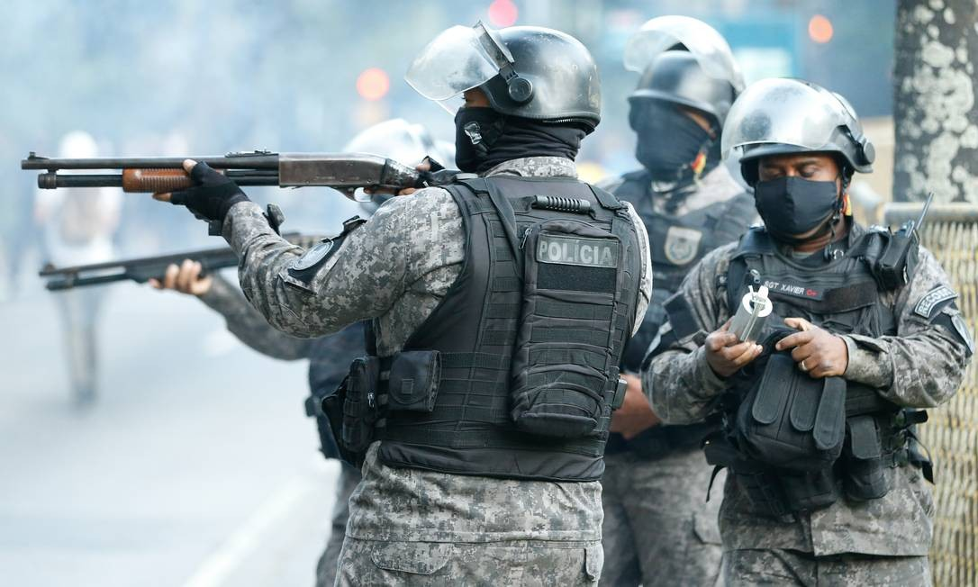 PM lançou bombas de gás para dispersar a multidão Foto: ROBERTO MOREYRA / Agência O Globo