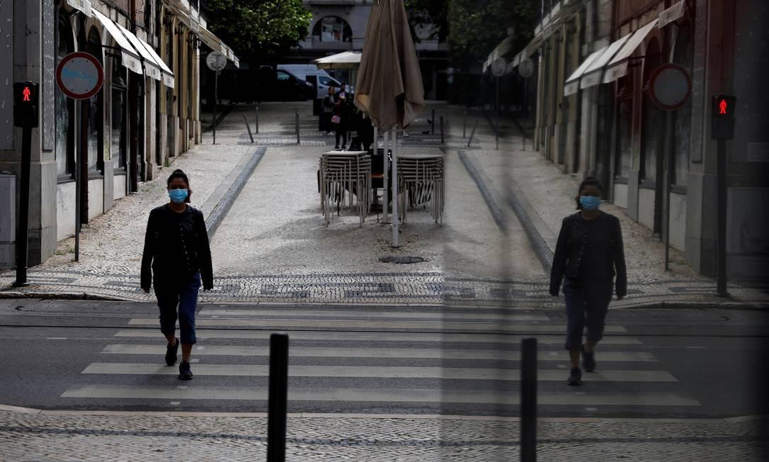 De máscara, mulher caminha pelo centro de Lisboa, em Portugal Foto: Rafael Marchante / REUTERS