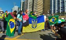 Bandeira rubro-negra com tridente é associada a grupo ultranacionalista ucraniano Foto: Guilherme Caetano / O Globo