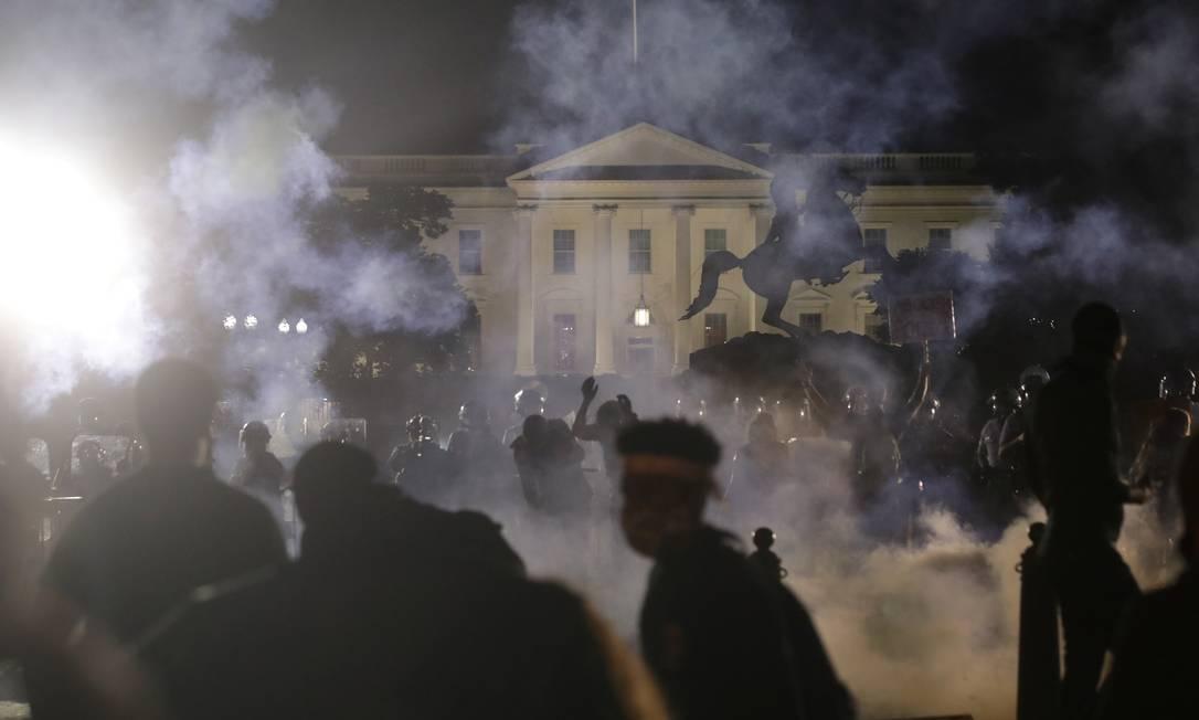 Protesto contra o assassinato de George Floyd chegou à Casa Branca, neste domingo, em Washington, que chegou a ficar apagada Foto: JONATHAN ERNST / REUTERS