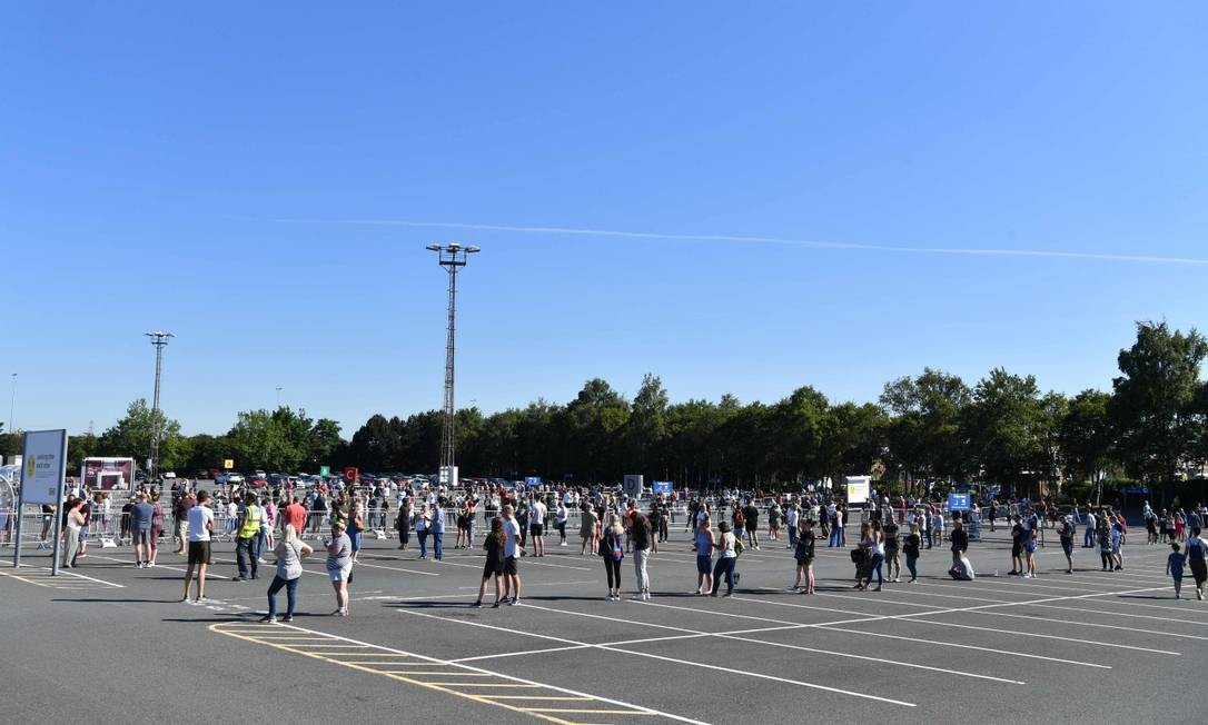População mantém distanciamento social na fila para comprar em uma filial da Ikea, popular loja de móveis e objetos domésticos Foto: PAUL ELLIS / AFP