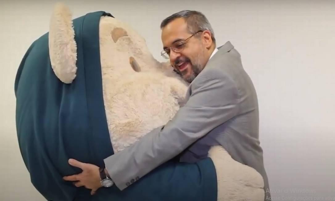 Weintraub com o Urso Tito Foto: Divulgação