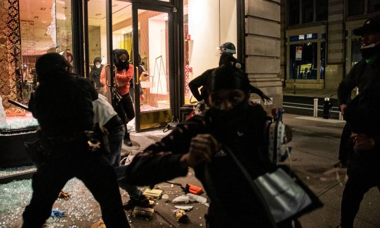 Loja de artigos de luxo é saqueada em Manhattan, em Nova Iorque Foto: JEENAH MOON / REUTERS