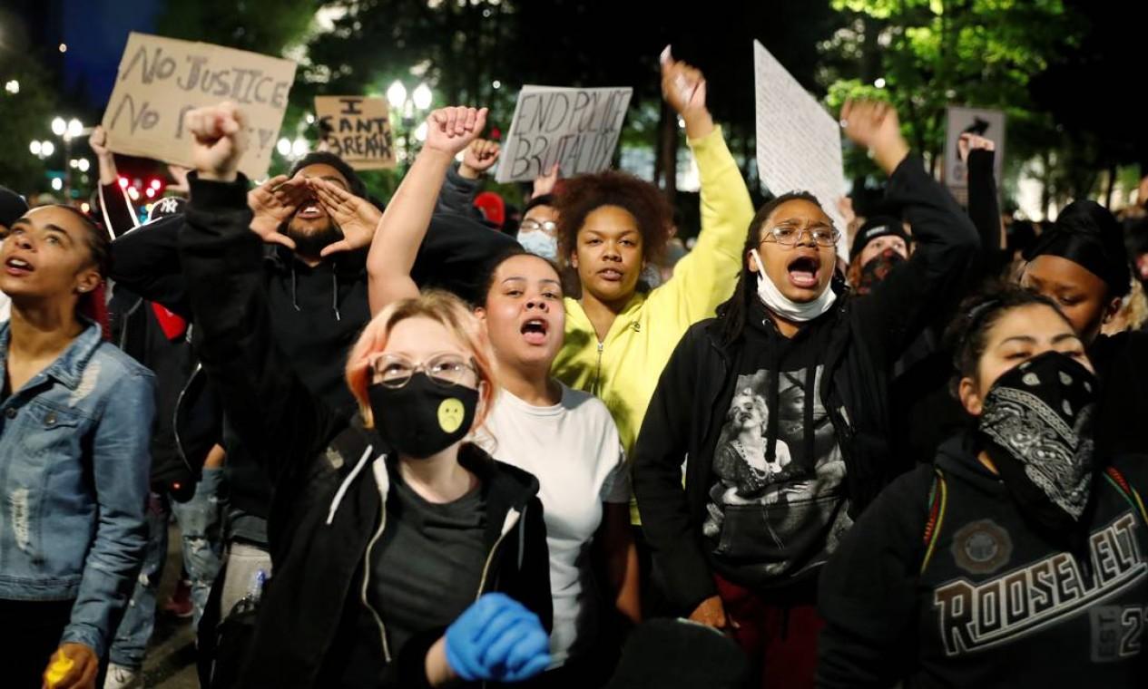 Protestos contra o assassinato de George Floyd aconteceream em Portland, Oregon, no domingo Foto: TERRAY SYLVESTER / REUTERS