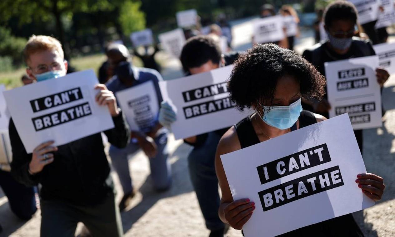 """Pessoas seguram cartaz com a frase """"eu não consigo respirar"""", em frente à embaixada dos Estados Unidos, em Paris, França, nesta segunda-feira Foto: CHRISTIAN HARTMANN / REUTERS"""
