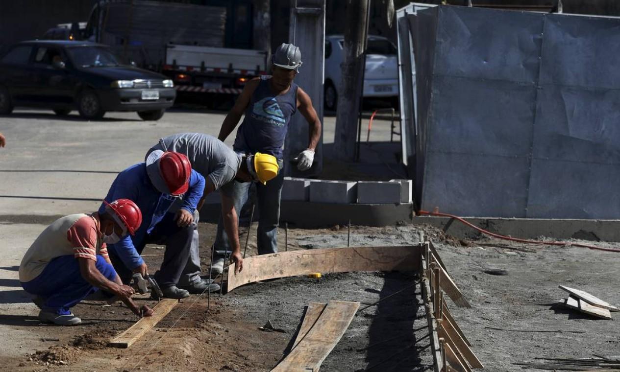 Operários ainda trabalham em etapa estrutural da obra que deveria ter sido inaugurada nesta segunda-feira, com 200 leitos, sendo 60 de UTI Foto: fabiano rocha / Agência O Globo