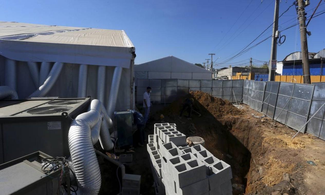Blocos de concreto são vistos no canteiro de obra do hospital de campanha de Duque de Caxias, na Baixada Fluminense Foto: fabiano rocha / Agência O Globo