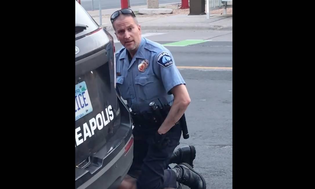 George Floyd é sufocado até a morte por Terek Chauvin em Minneapolis, acusado de passar uma nota de US$ 20 falsa Foto: DARNELLA FRAZIER / AFP