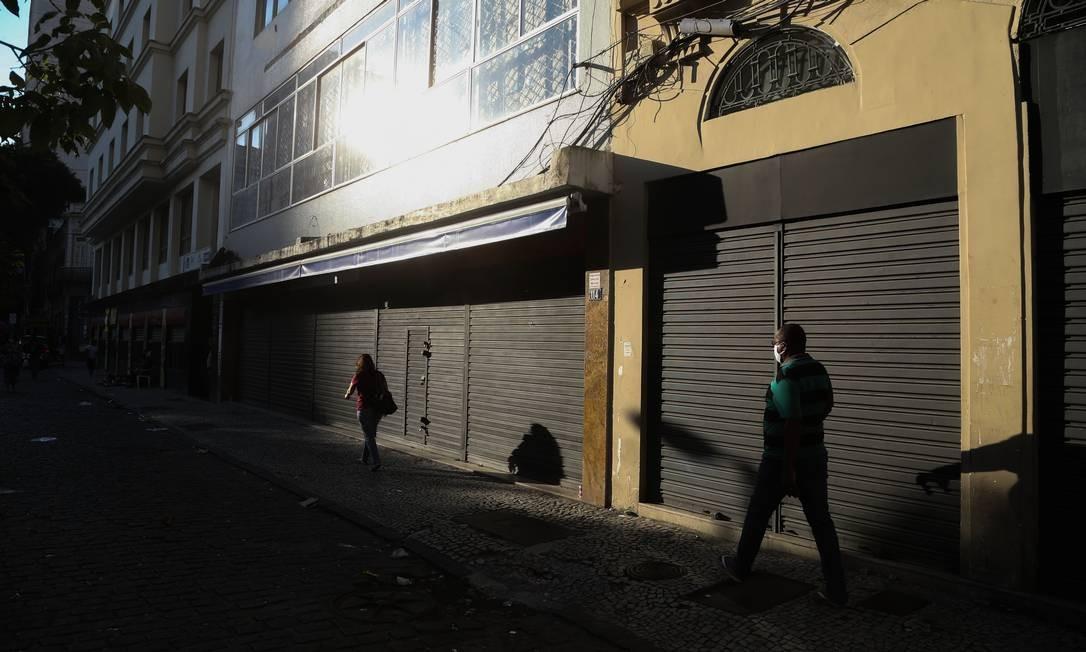 Lojas fechadas na região da Uruguaiana, no Centro Foto: Pedro Teixeira / Agência O Globo