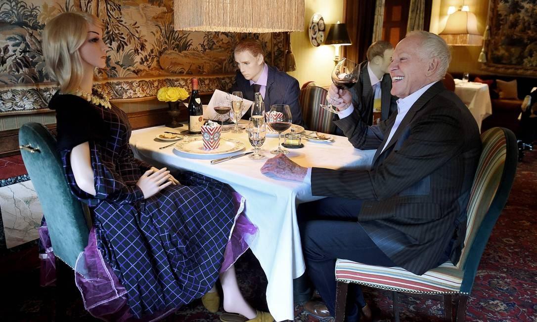 Patrick O'Connell, chefe do restaurante The Inn at Little Washington, posa com manequins teatrais em tamanho natural, vestidos à moda do pós-guerra da década de 1940. Os bonecos, que respiram, estão sendo usados para ajudar no distanciamento social e divertir os clientes Foto: OLIVIER DOULIERY / AFP