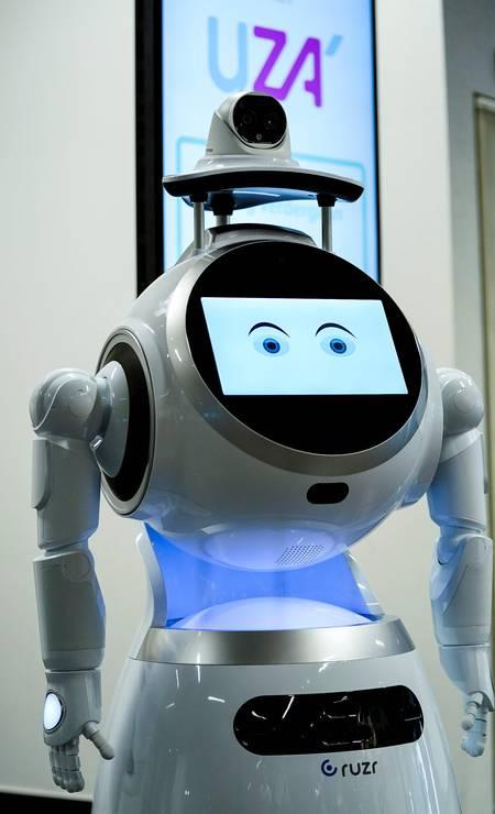 Robô que escaneia temperatura dos visitantes é visto no Hospital Universitário de Antuérpia, na Bélgica. O robô, chamado CRUZR, também detecta se visitantes estão usando máscaras Foto: KENZO TRIBOUILLARD / AFP