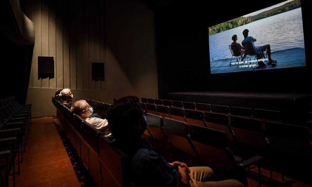 Com máscaras e mantendo distanciamento social, pessoas assistem a um filme no Cinema IDEAL, em Lisboa, no primeiro dia da reabertura das salas de exibição após o bloqueio para impedir a propagação da COVID-19 em Portugal Foto: PATRICIA DE MELO MOREIRA / AFP