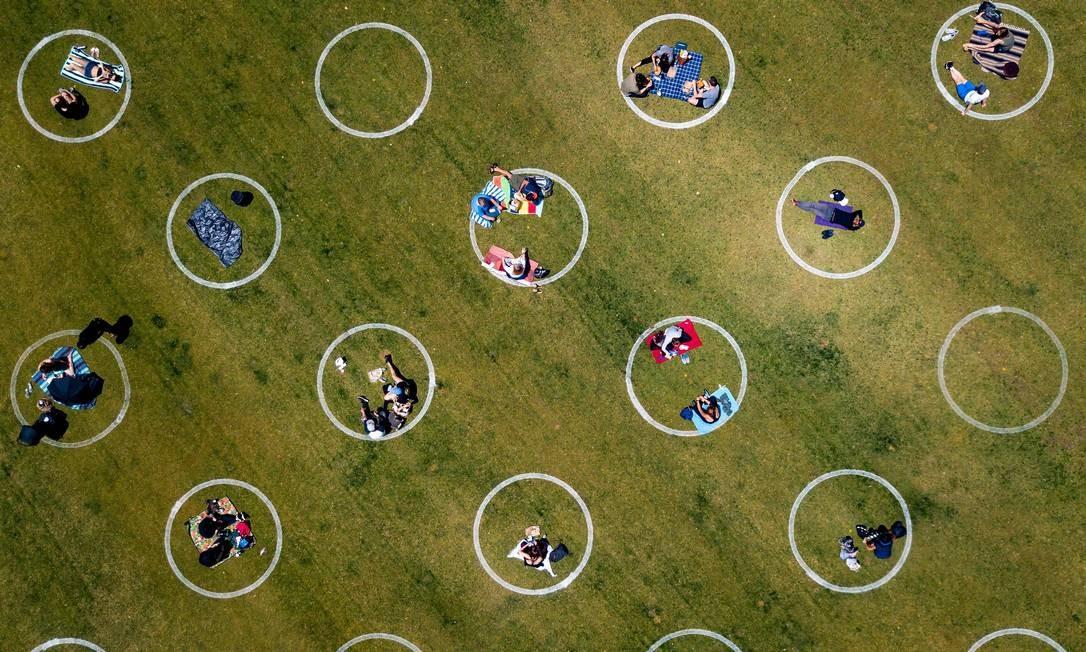 Círculos pintados na grama dividem espaços no Washington Square Park, em São Francisco, Califórnia Foto: JOSH EDELSON / AFP