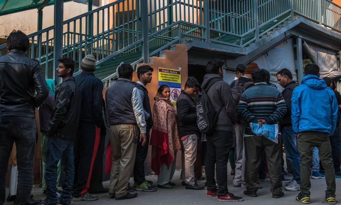Indianos fazem fila em frente a um posto de identificação em Nova Déhli Foto: THE NEW YORK TIMES/15-2-2018 / Agência O Globo