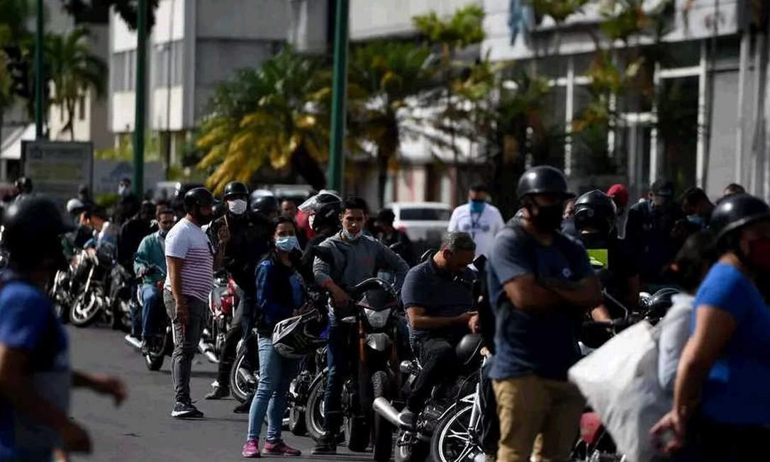 Pessoas fazem fila em postos de gasolina para reabastecer motos em Caracas, em 1 de junho de 2020, primeiro dia de venda de gasolina em dólares Foto: Federico Parra / AFP