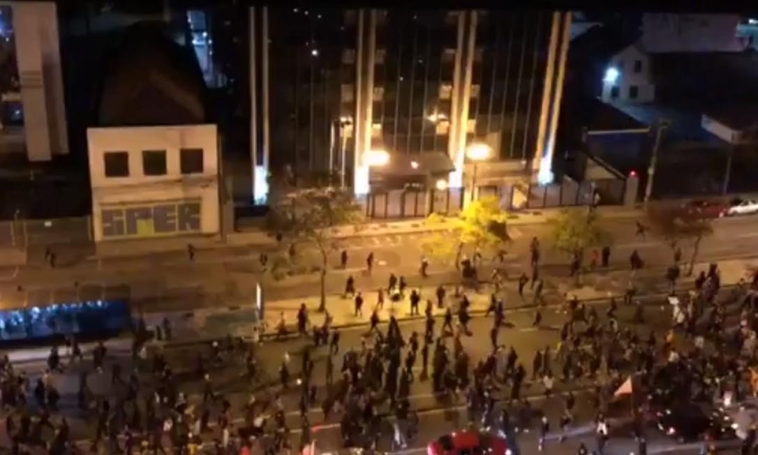 Imagens de protesto em Curitiba mostram aglomeração e pessoas jogando pedras em fachadas de prédios