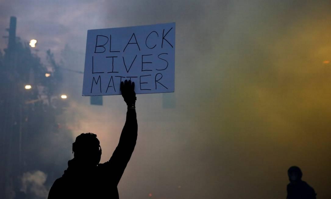 Em Minneapolis, manifestante segura cartaz que diz Black Lives Matter (Vidas Negras Importam) Foto: LINDSEY WASSON / REUTERS