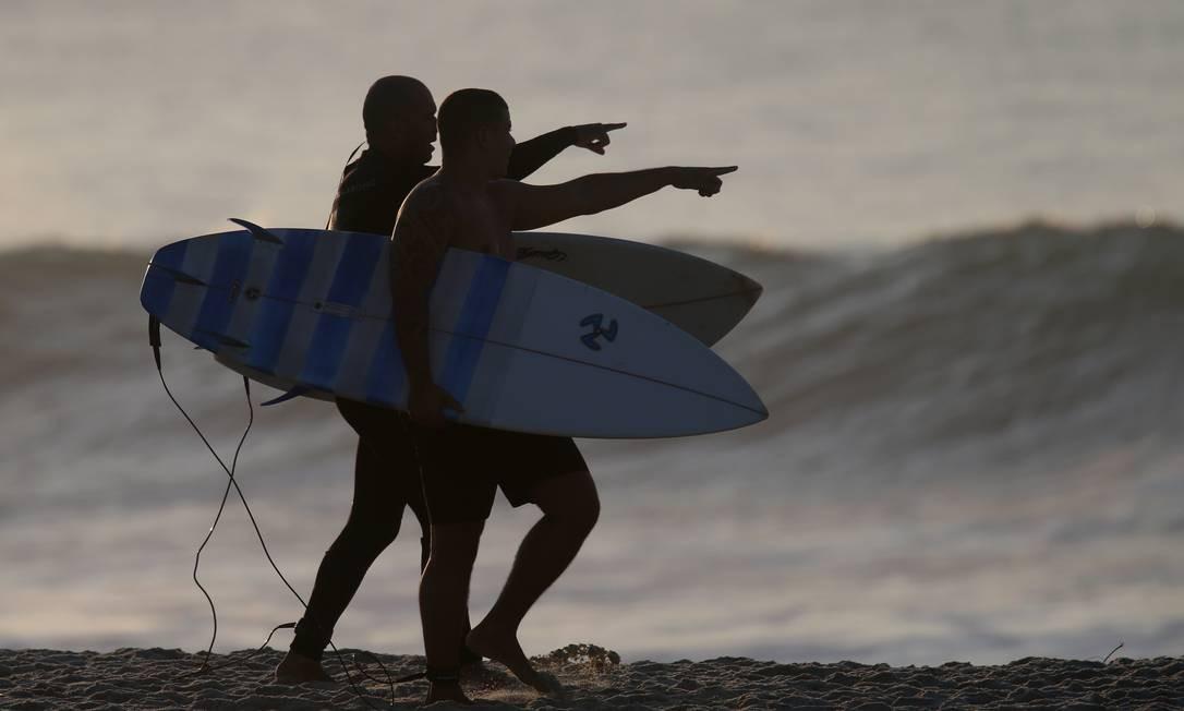 Surfistas se preparam para entrar no mar do Recreio Foto: Luiza Moraes / Agência O Globo