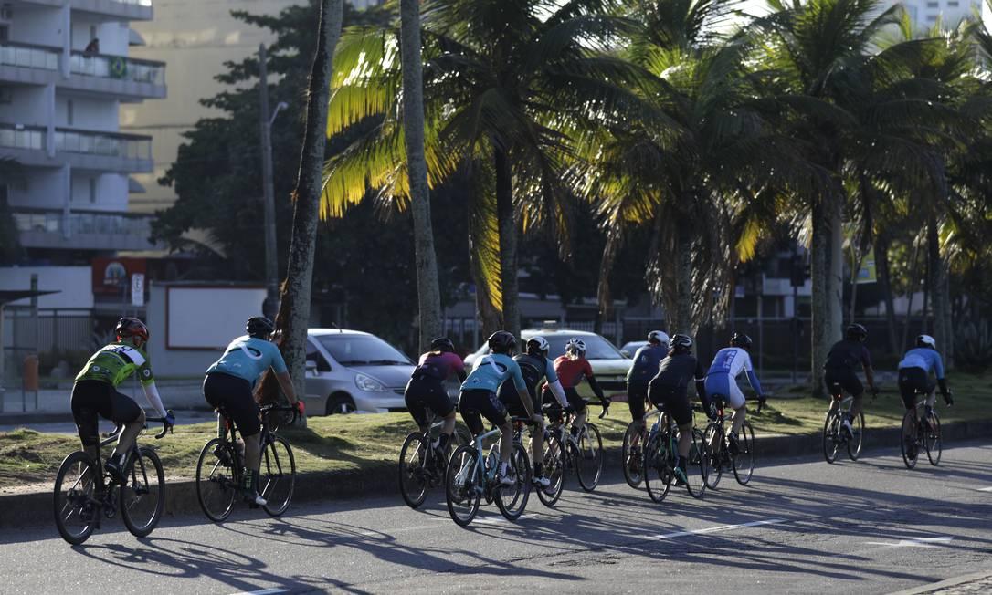 """Ciclistas fazem pelotão na Avenida Lúcio Costa, na orla da praia da Barra, apesar de estar autorizada apenas a """"prática esportiva individual"""" Foto: Luiza Moraes / Agência O Globo"""