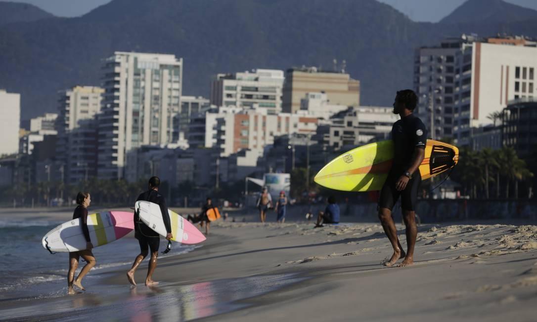 Surfistas na praia do Arpoador, em Ipanema, na Zona Sul do Rio Foto: Marcia Foletto / Agência O Globo