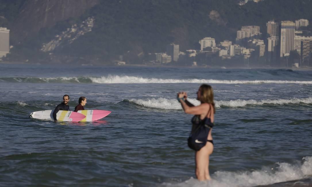 Banhista fotografa mar de Ipanema, na manhã desta terça-feira Foto: Marcia Foletto / Agência O Globo