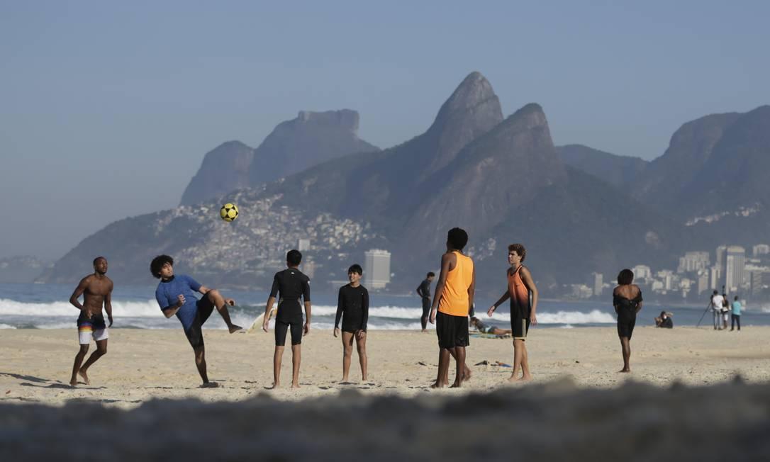 Patrimônio carioca, a altinha não é um esporte individual – ou seja, ainda não está liberada Foto: Marcia Foletto / Agência O Globo